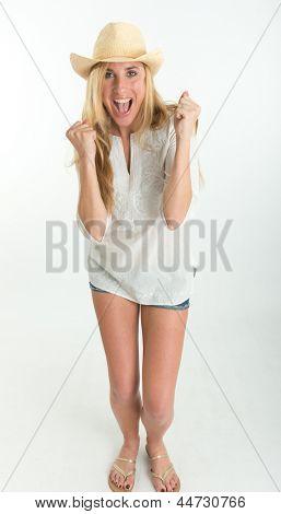 Chica en ropa de verano celebrando