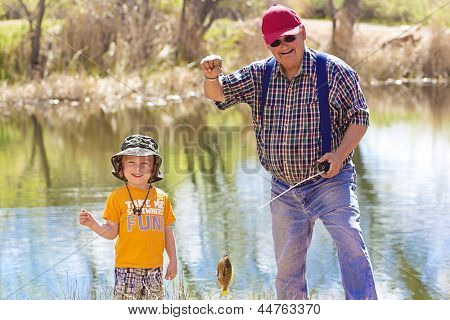 Little Boy and His Opa einen Fisch fangen