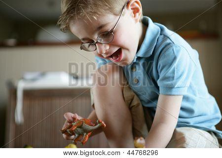 Niño jugando con dinosaurios de juguete