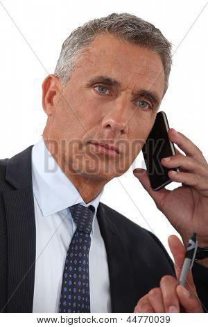 Empresário falando no seu celular