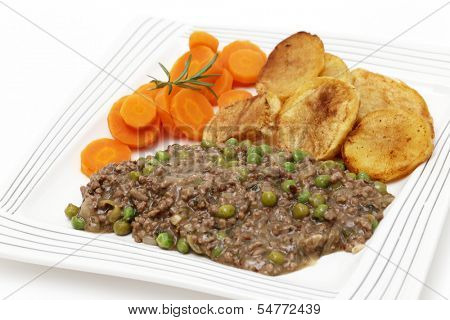 Minced beef cooked with onion, garlic, peas and herbs, served with sauteed potatoes and boiled carrots. This is a simple, slightly old-fashioned British-style meal,