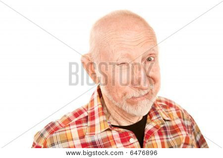 senior Mann zwinkert
