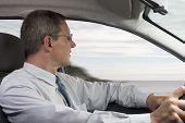 Постер, плакат: Бизнесмен вождение автомобиля
