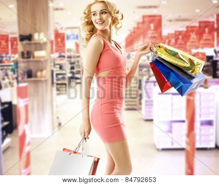 Blonde beauty holding shopping bags