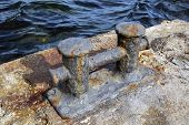 foto of big-rig  - the big old Bollard on a moorage - JPG