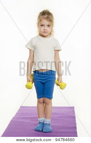 Four-year Girl Is Preparing To Raise Two Dumbbells