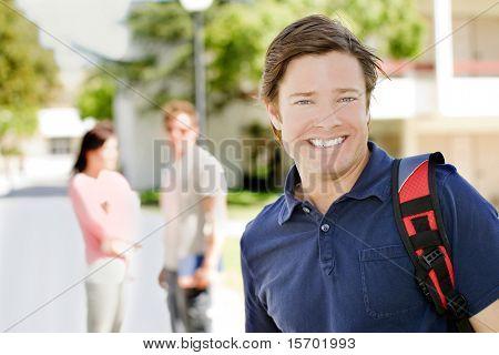 College-Student mit seinem Rucksack