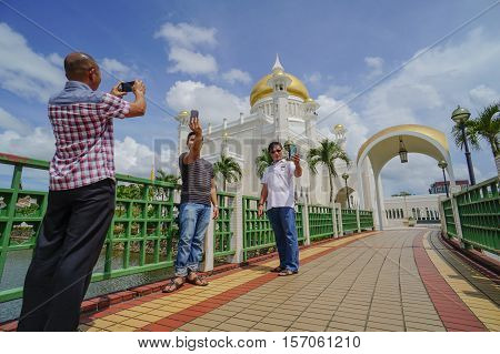 Bandar Seri Begawan,Brunei-Nov 12,2016:Tourists taking pictures with their handphone of the Omar Ali Saifuddien Mosque,Bandar Seri Begawan Brunei Darussalam.One of the attraction places in Brunei