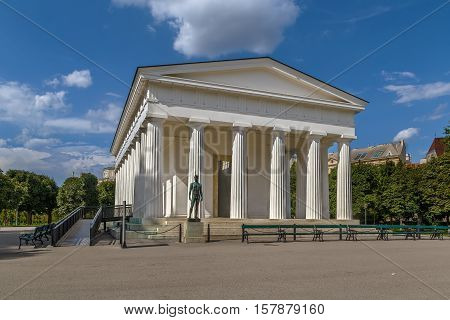 At the center of the Volksgarten park stands the neoclassical Theseus Temple completed in 1821. This small-scale replica of the Temple of Hephaestus in Athens