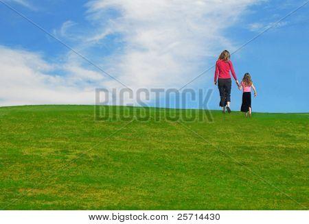 Mutter und Tochter auf Hügel