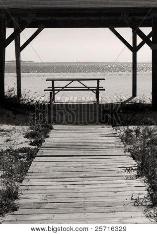 Leere Picknick-Tisch am Strand Pavillon