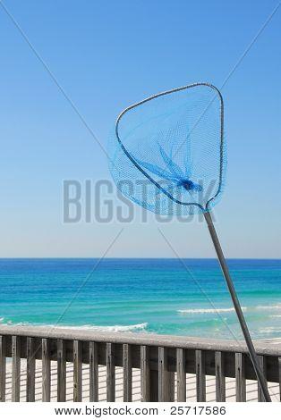 Net auf Pier mit schönen Meer im Hintergrund blau Angeln