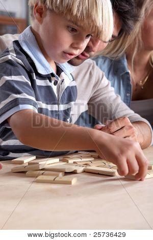Young Boy playing Dominosteine mit seinem Vater