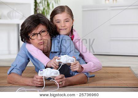junges Mädchen spielen eines Videospiels mit ihrer Großmutter
