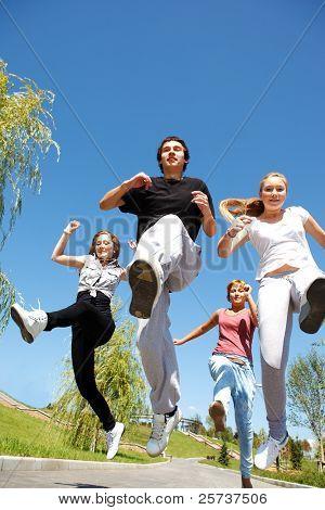 Cuatro jóvenes corriendo