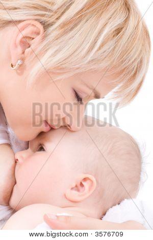 Moeder kus en borstvoeding haar Baby Girl