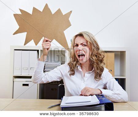 Mulher com raiva sentado com balão vazio discurso irregulares em seu escritório