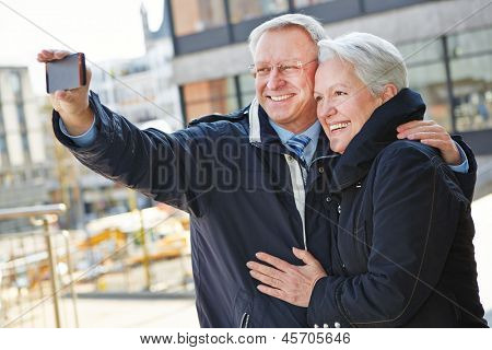Happy senior Couple Aufnahmen von sich selbst mit einem smartphone