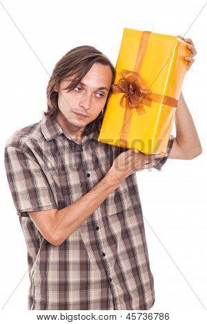 Neugierig Mann mit Geschenk