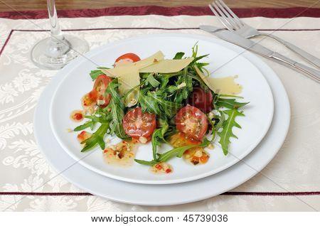 Salada de rúcula e tomate cereja com molho de parmesão