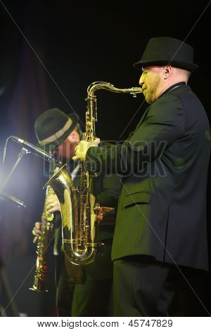 Moskau - 15. NOVEMBER: Alexander Brill spielt Saxophon bei brillante Jazz-Club-Konzert in Iswestija Hall, auf