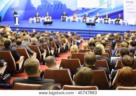 Moscú - el 14 de noviembre: Oyentes atentos vistazo a etapa en Foro PYME - nueva economía, dedic