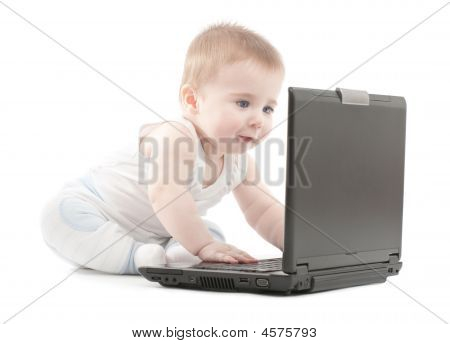 Niño sorprendido Express trabajo en portátil
