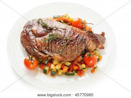 Bife Ribeye com stir frito legumes isolados no fundo branco