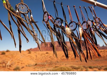 Dreamcatchers en una brisa, Monument Valley, Utah, EEUU. Intencional profundidad de campo.