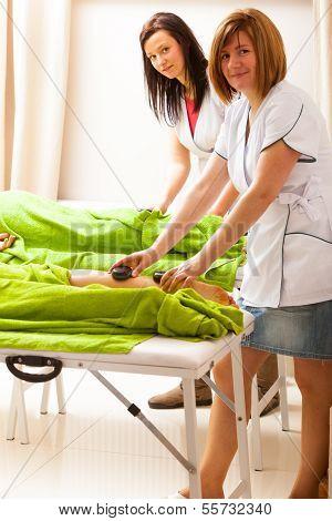 Beauty-Salon. Frauen, die immer Spa hot Stone Beine massage