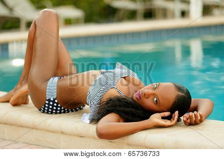 Stock image woman sunbathing by the pool