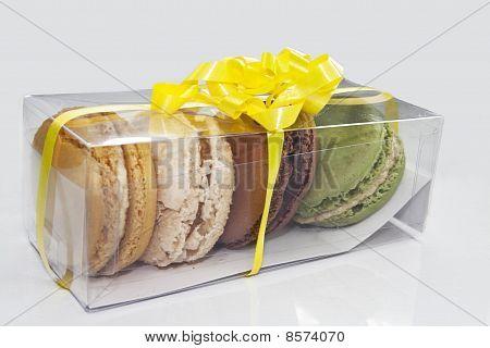 macaron present