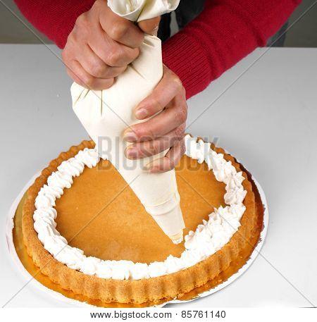 Decoratig a cake