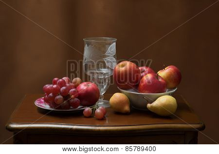 Vase and fruits