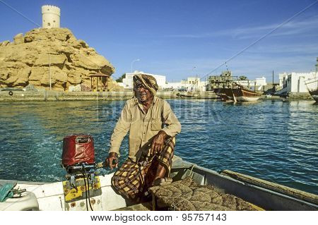 Man Offers His Ferry Services To Travelers In Sur