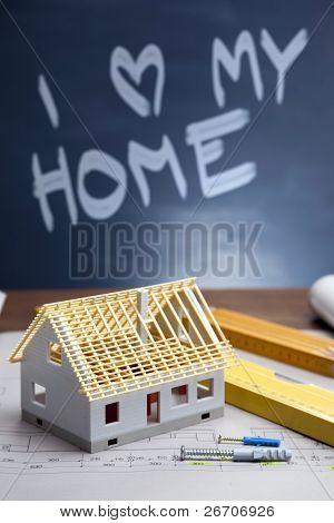 Baupläne und Blueprints auf Holztisch