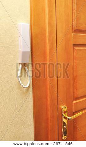 telefone interfone com um botão perto da porta