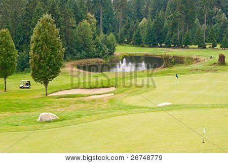 Lugar de golfe com lindo verde e lagoa.