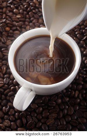 Lager Bild gießen Milch, Kaffee