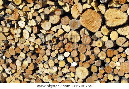 ein Foto von einem Holzstoß