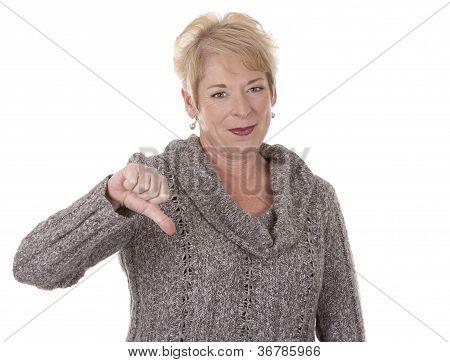 Mujer mostrando pulgar hacia abajo