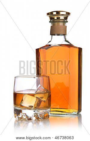 Copa de brandy y botella aislado en blanco