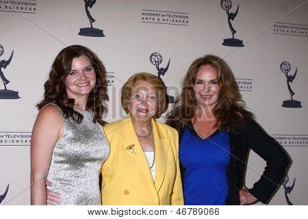 LOS ANGELES - 13 de JUN: Heather Tom, Lee Phillip Bell, Catherine Bach chega em Nom de Emmy do Daytime