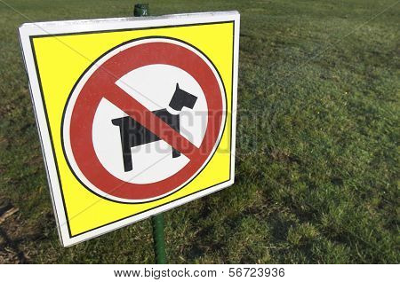 no dogs signal in a garden