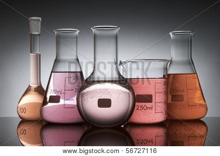 vidrio de laboratorio cinco a contraluz