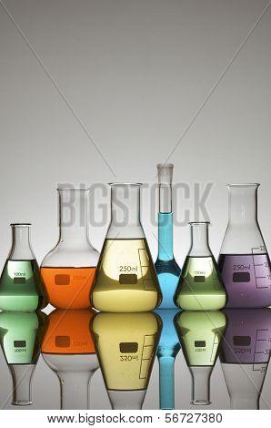 cristalería de laboratorio con fondo blanco