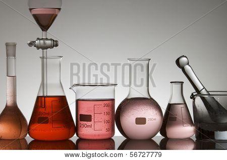cristalería de laboratorio a la luz sobre un fondo blanco