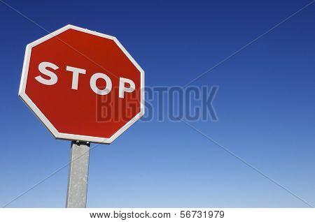 voorhoede van een stopbord met een heldere blauwe hemel
