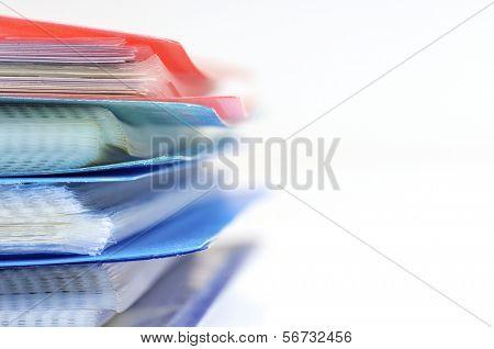 voorhoede van een groep van plastic mappen voor het opslaan van documenten