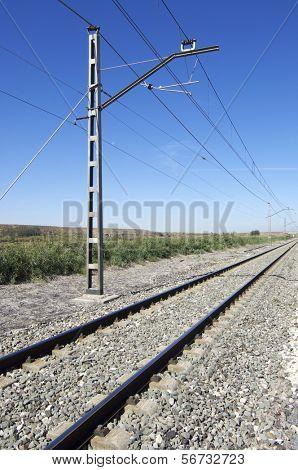 Oberleitung einer Eisenbahn zu verfolgen, an einem klaren Tag